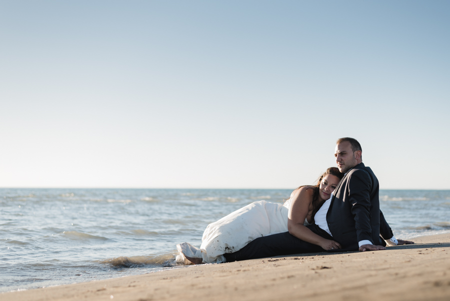 photographe mariage marseille couple mer allongé sur le sable